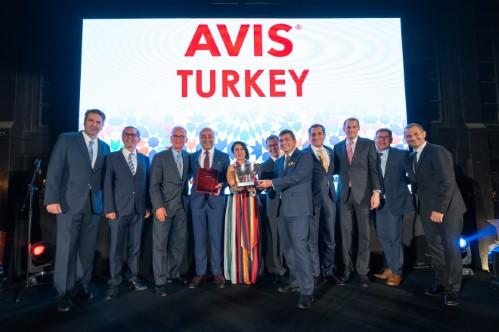 <h2>AVIS Türkiye</h2>  <p>Koç Topluluğu&rsquo;nun otomotiv sektöründeki ilk yatırımı olarak 1928 yılında kurulmuş olan Otokoç Otomotiv&rsquo;in çatısı altında faaliyet gösteren küresel araç kiralama markası Avis, Türkiye&rsquo;nin ilk araç kiralama markasıdır. Pazara giriş yaptığı 1974 yılından bu yana sektörünün lideri olan Avis Türkiye, ülkenin en yaygın araç kiralama ağına ve en geniş araç filosuna sahiptir. İlk ve öncü olmanın getirdiği sorumlulukla, geliştirdiği yeni konsept ve iş birlikleriyle sektörün ve bu sektörü besleyen diğer sektörlerin gelişmesine önemli katkı sağlamaktadır.<br /> <br /> Sağladığı müşteri memnuniyeti ile müşterileri tarafından zirvede tutulmakta ve ödüllerle başarılarını taçlandırmaktadır. Avis Türkiye, EMEA ülkeleri arasındaki müşteri memnuniyeti sıralamasında liderliğini korumaktadır. Yurt dışında da Yunanistan, Azerbaycan, Kazakistan ve Kuzey Irak&rsquo;ta hizmet vermektedir.</p>